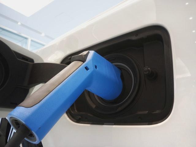 Samochód elektryczny czy hybrydowy – jakie są różnice?